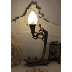 Lampa antichizata art deco cu o femeie