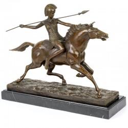 Razboinic-statueta din bronz pe un soclu din marmura