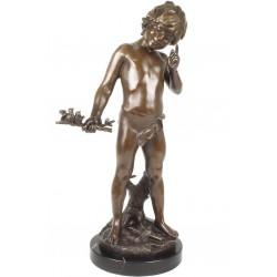 Baietel cu pasarele-statueta din bronz pe un soclu din marmura